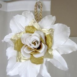 In this tutorial, create Carrie Bradshaw's oversized white and gold flower from Sex and the City: The Movie.