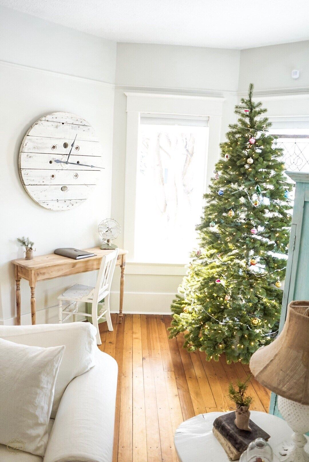 Simple Vintage Farmhouse Christmas Decor Ideas. Spool Clock ...