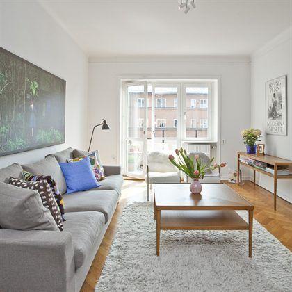 Simpele woonruimte met opvallende muurdecoratie. | Woonkamer ...