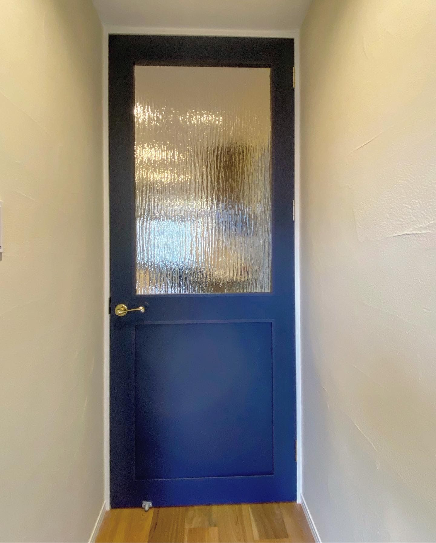 デザインガラスで一気にオシャレに ドア窓に シルヴィ を使用した