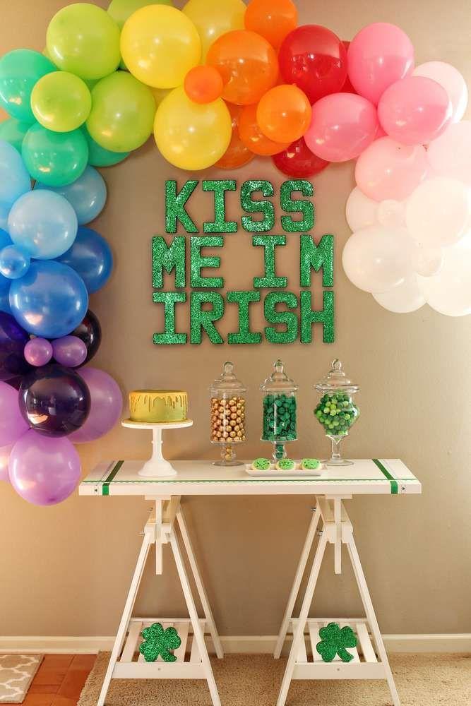 Karo heraus diese fantastische bunte Partei St. Patricks Tages !! Lieben Sie die Ballondekorationen! Sehen Sie mehr Partyideen und teilen Sie Ihre bei CatchMyparty.com St. Pa ...