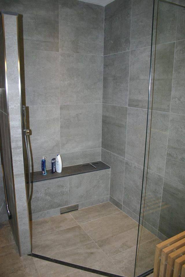 Gerealiseerde badkamer door Sanidrome Hoezen uit Belfeld. Hier is gebruikt gemaakt van een drain in de muur wat ervoor zorgt dat je de badkamervloer volledig kunt betegelen.