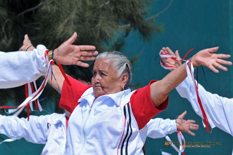 Nezahualcóyotl, Méx. 28 Abril 2013. Integrantes del Club de la Tercera Edad del Seguro Social también participaron con su presentación de ejercicios aptos para ellos, en el marco de la Demostración de Básquetbol adaptado.
