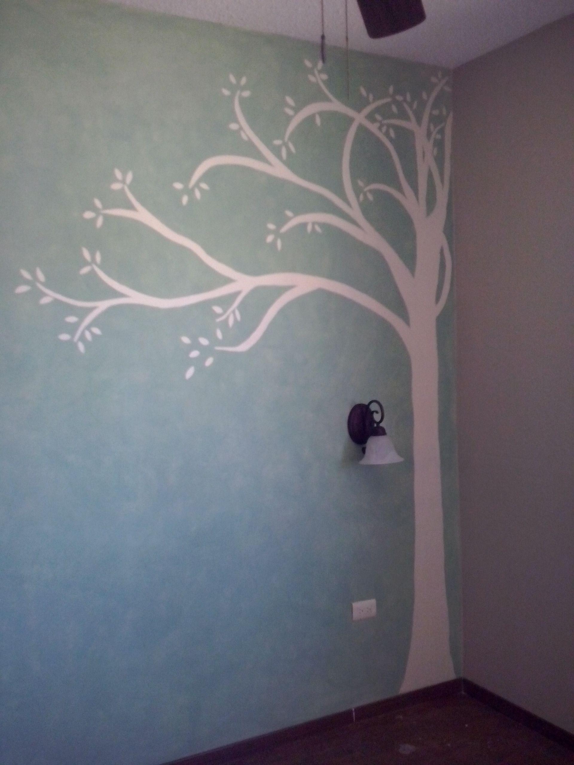 Arbol pintado sobre muro con acabado como detalle en for Fotos paredes pintadas