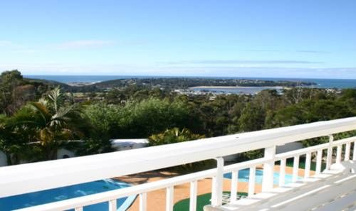 Kingfisher Motel Merimbula Set on 2 acres of lush gardens and bushland, Kingfisher Motel Merimbula offers spacious rooms with a private balcony and great views of the Pacific Ocean. Guests can swim in the heated pool with fully equipped BBQ area.