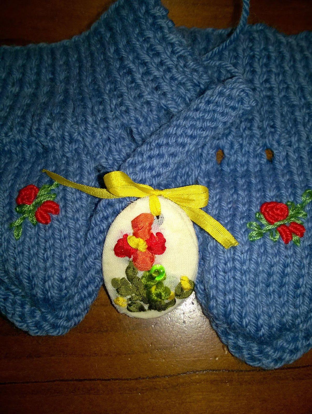 Ancora punto croce su bavaglini. Scarpette di lana fatte a mano con decorazione ricamo classico. Tutto per mercatino solidale Parrocchia Monteforte d'Alpone