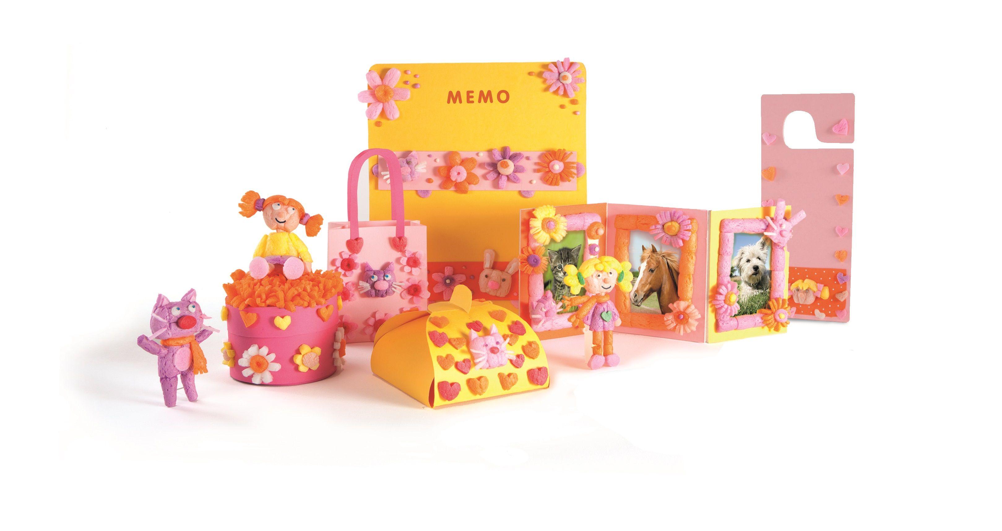 Alles mit PlayMais dekorieren. Einladunfskarten, Bilderrahmen und Figuren.