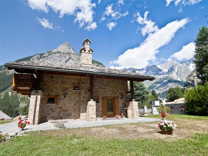 Chalet with views across the Mont Blanc and Parco del Bollino
