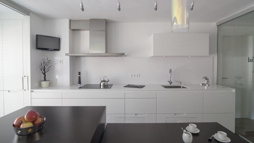 Vivienda equipada con el diseño de cocina MINOS Blanco seda mate de ...