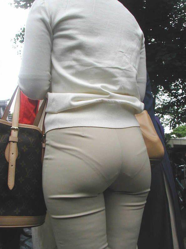 Через штаны видны трусики девушек, член после попки подруги смотреть