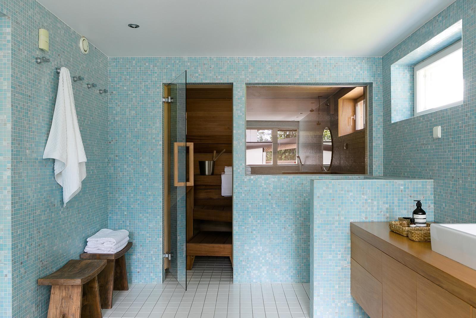 Kaunis turkoosi mosaiikki kylpyhuoneessa - Etuovi.com Sisustus
