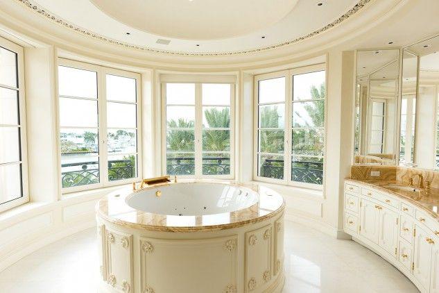 O Palácio de Versalhes serviu de inspiração quando o magnata norte-americano Robert W. Pereira decidiu construir a sua mansão de luxo. Situada na Flórida, a propriedade com 11 quartos e 17 casas de banho, está agora à venda no mercado pela mão da One Sotheby's International Realty, pela módica quantia de 150 milhões de euros - uma das casas mais caras dos EUA e do mundo.
