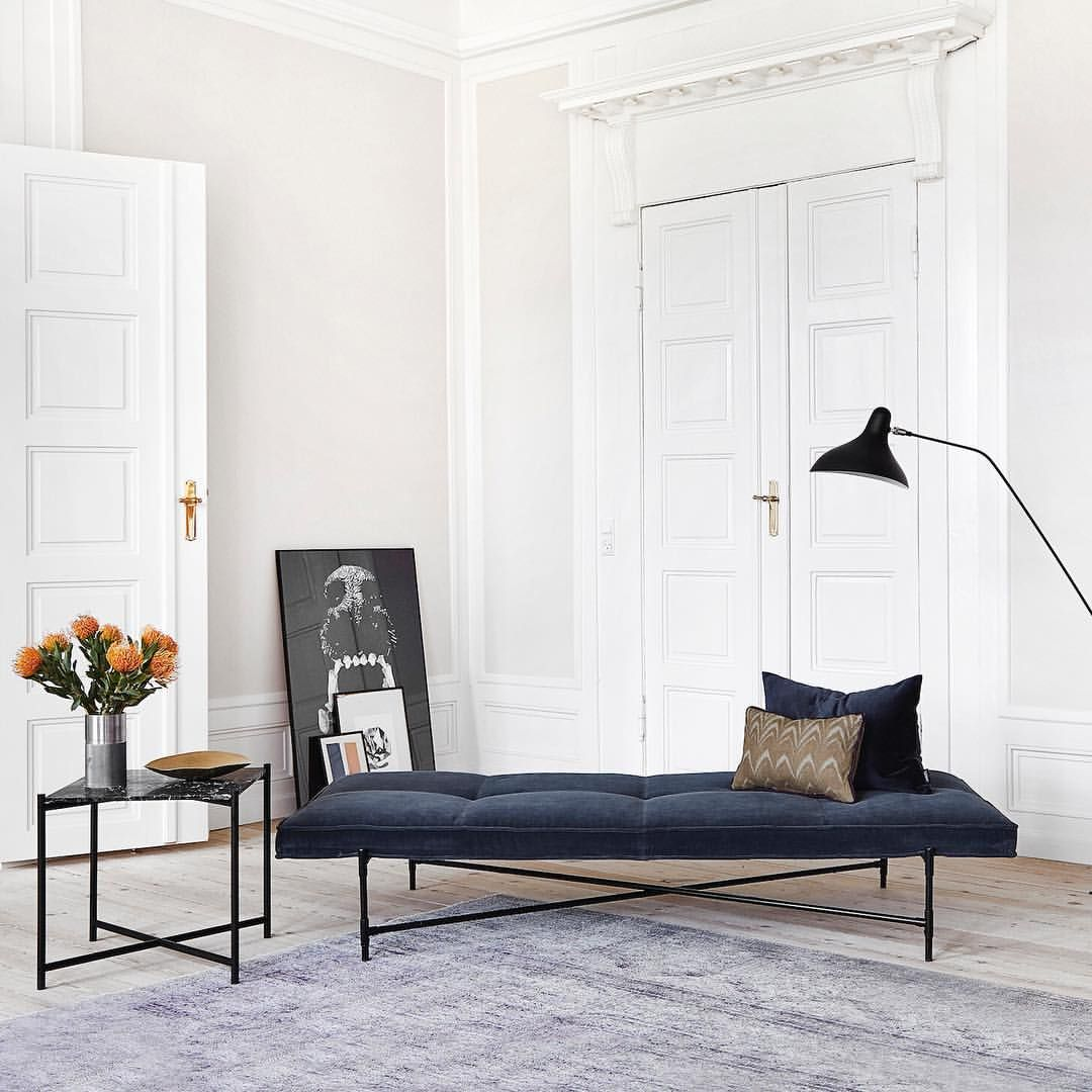 Handvärk black/black aniline leather daybed and matching marble side ...