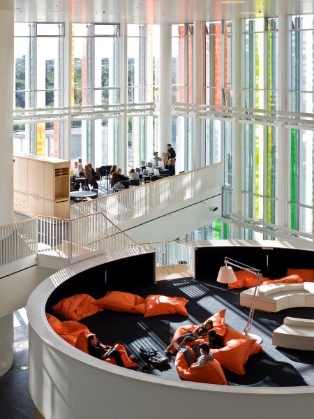 Das Orestad Gymnasium in Kopenhagen wirkt frei, großzügig ...