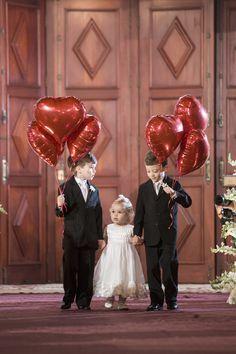 Daminha e pajem entrando com bexigas de coração. Linda ideia! #casamento #criatividade #creative