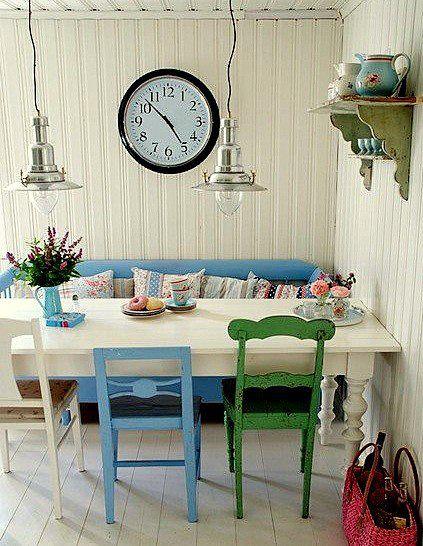 Mesa antigua pintada de blanco, banco y sillas diferentes ...