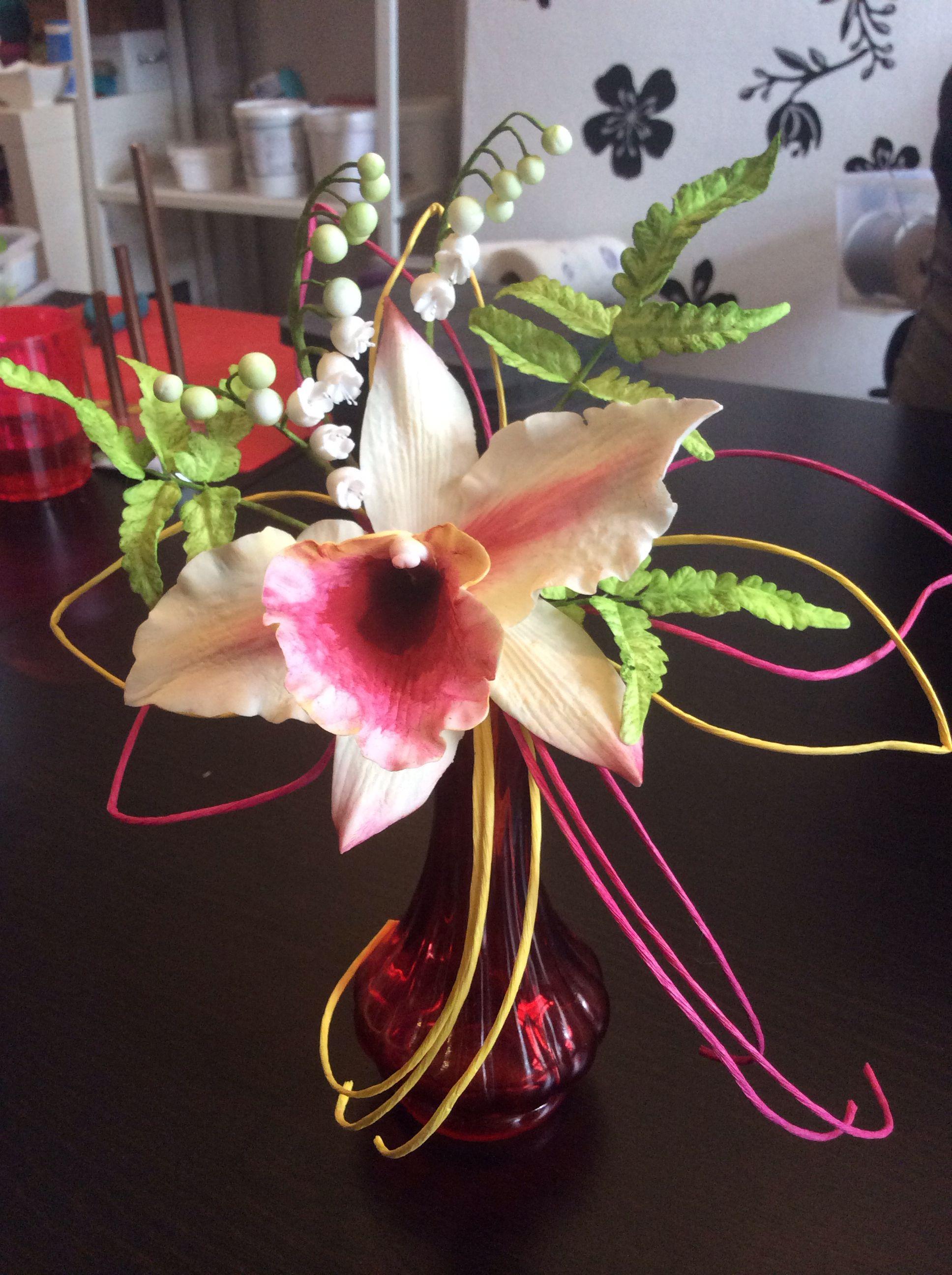 Cattleya met lellietjes van dalen van koud porselein / Katleja i konwalie