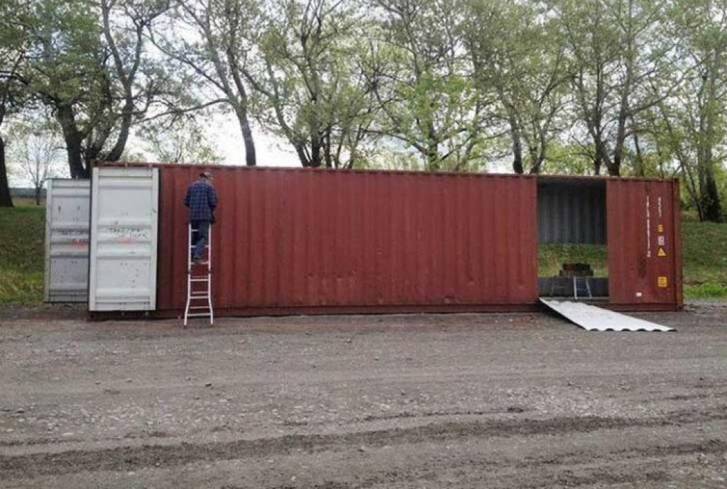 Elle achète 4 containers et les transforme pour se construire une