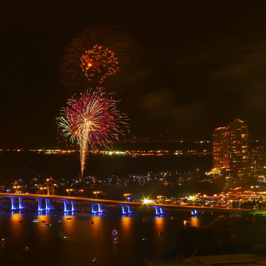 Downtown Miami New Years Eve 2013 Fireworks 4 New Year S Eve Around The World Downtown Miami Miami Vacation