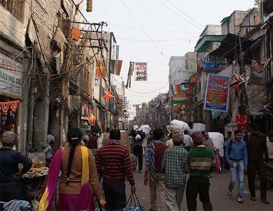 नई दिल्ली। दिल्ली सरकार ने लोक निर्माण विभाग के एक सहायक अभियंता तथा एक कनिष्ठ अभियंता को निलंबित कर दिया है। विधानसभा में विपक्ष के �