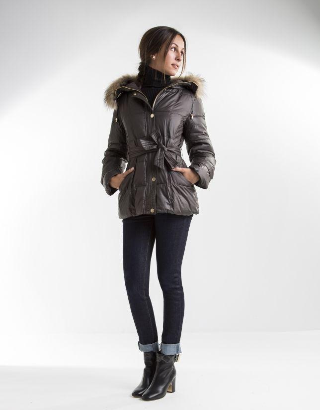 Plumífero corto de mujer acolchado marrón, capucha desmontable y pieza extraíble de pelo de mapache, cinturón y cierre con cremallera y broches