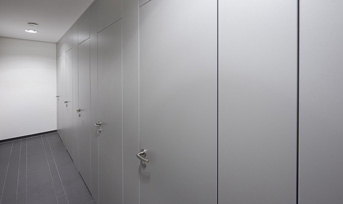 Floor To Ceiling Wc Partitions Schafer Trennwandsysteme Avec Images Armoire Vestiaire Armoire Casier