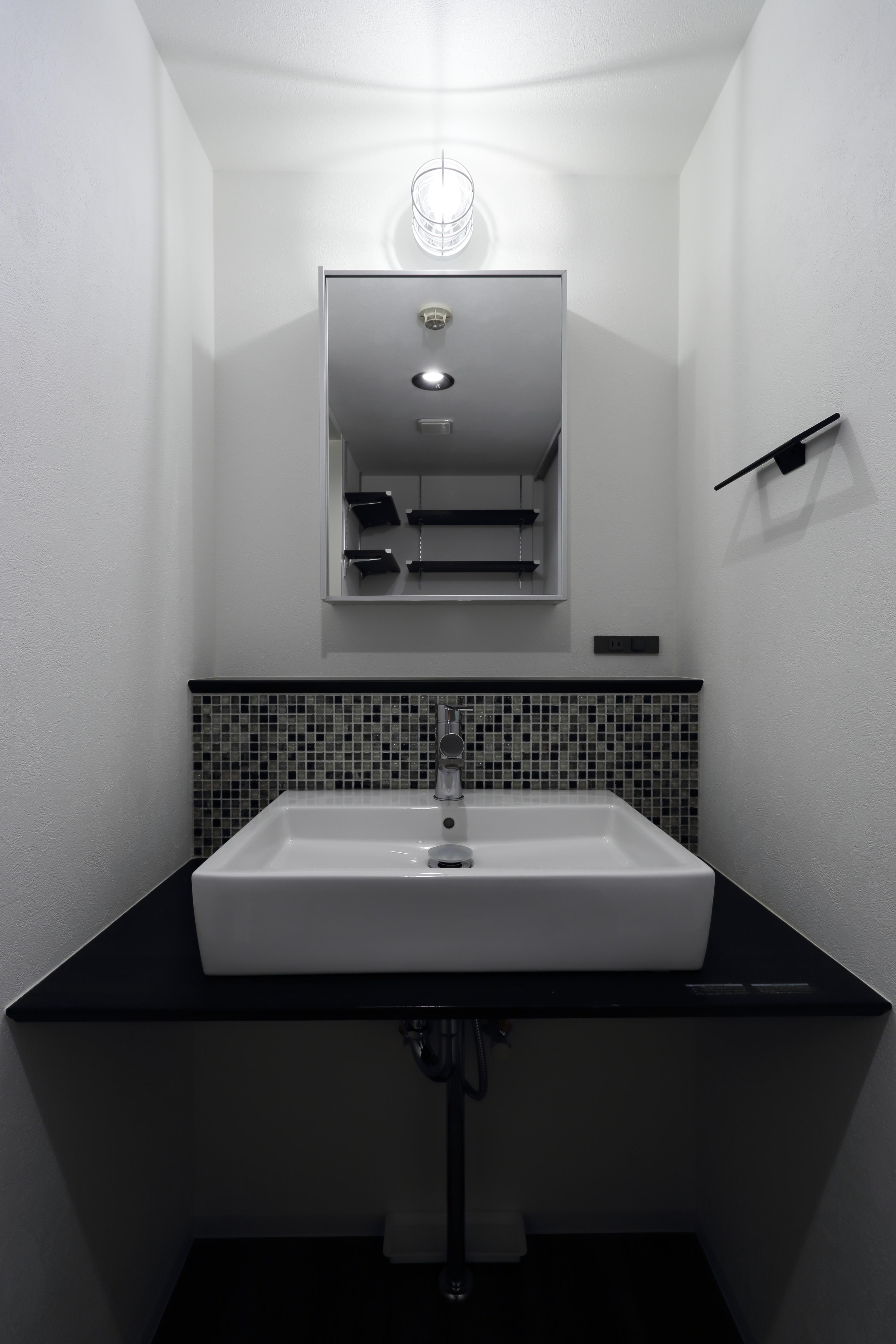 オシャレなベッセルタイプの洗面台 Br アクセントにモザイク