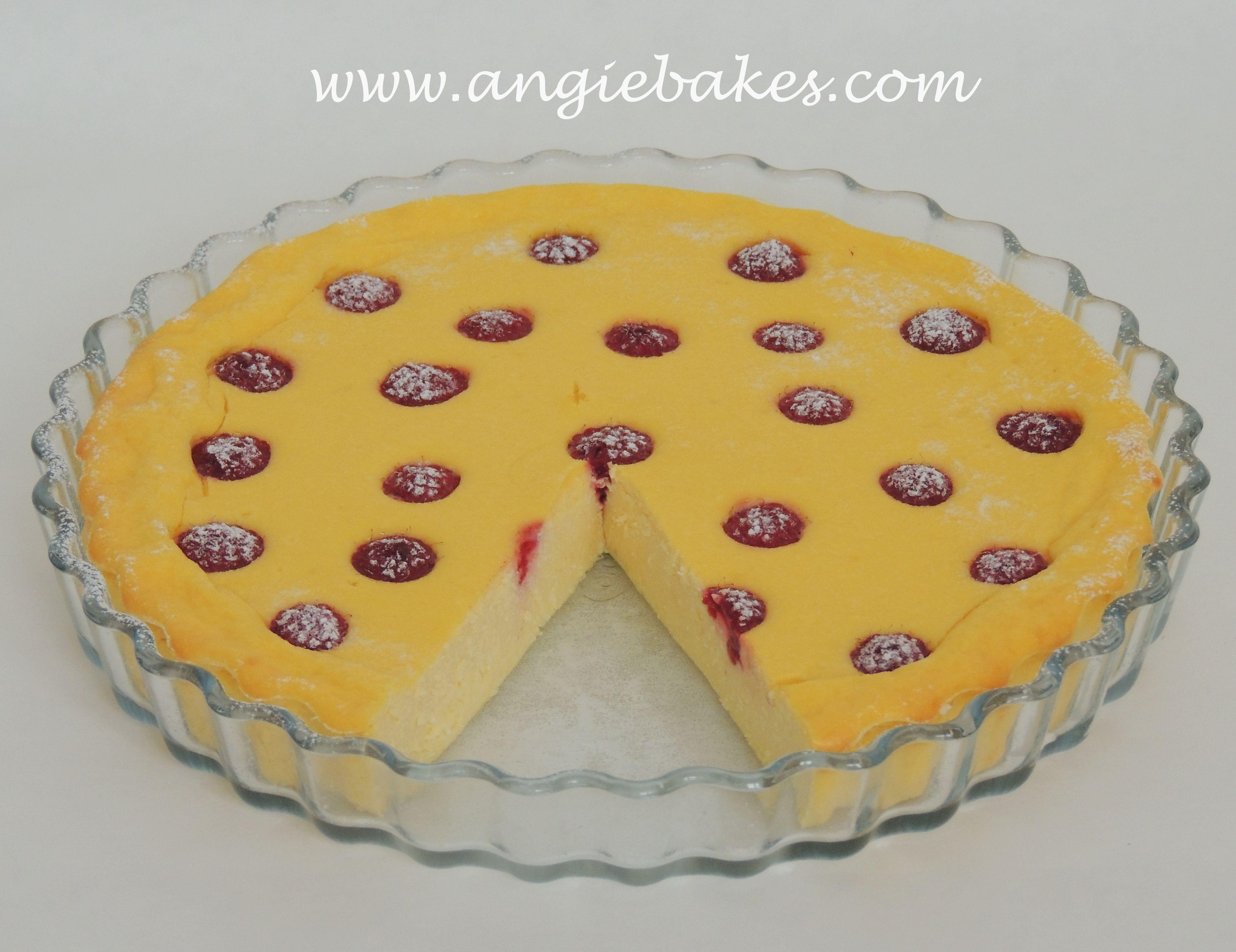 Po všetkých tých sladkých bombách bolo na čase pripraviť niečo menej kalorické. Keďže som potrebovala minúť tvaroh, tak som si vymyslela tento extrémne jednoduchý koláčik s malinami. Je v ňom minim...