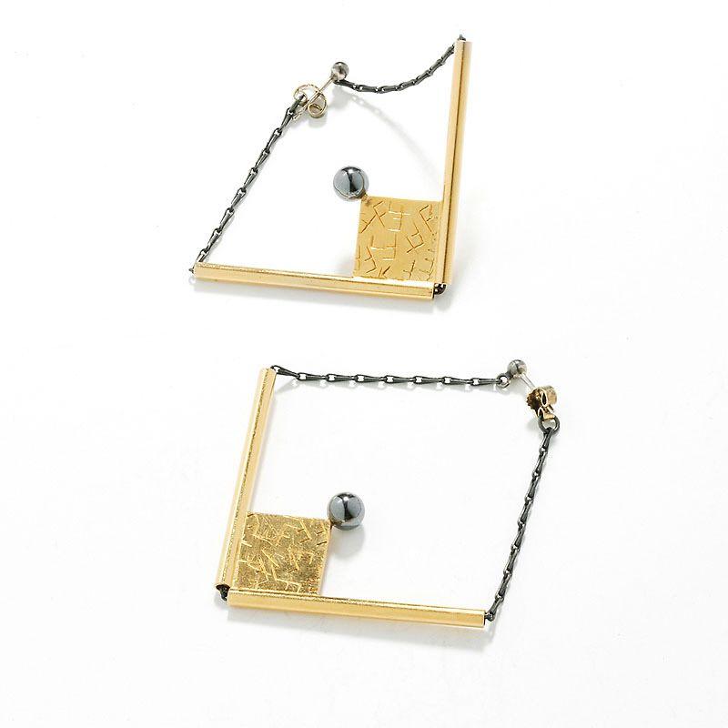 "Mikala Naur, ""Øresmykker 2 stk."", 1986 #smykker #jewelry #earring #brass #oxidated #silverchain #hermatite #memphisgroup #danishdesign"