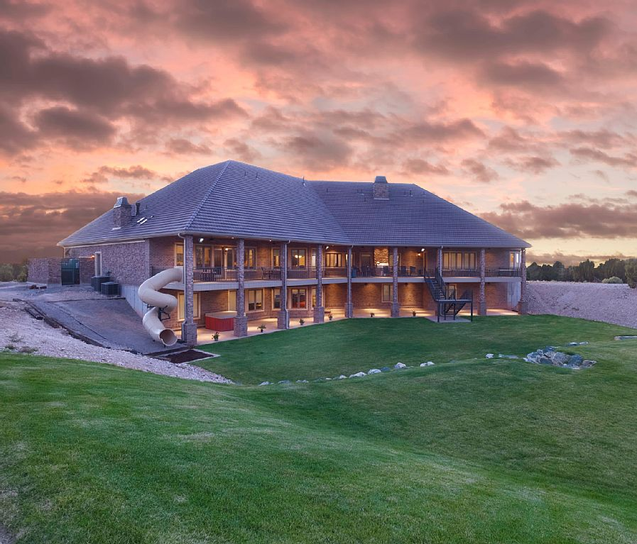 9 Absurd Mansions You Can Rent For A Dirt-Cheap Vacation