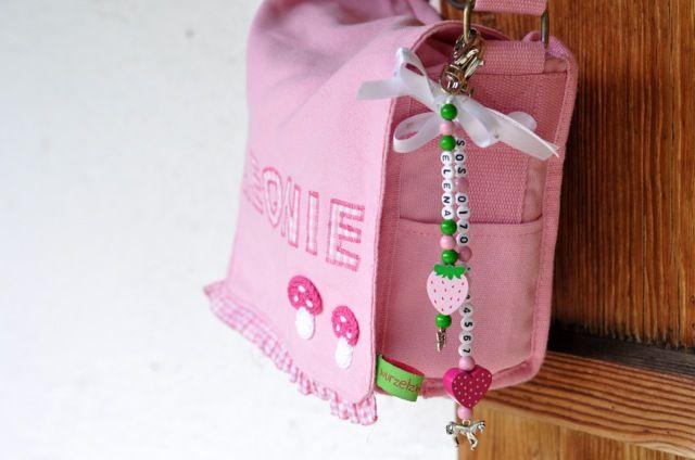 Die neuen Namens- und Notfallanhänger sind da!  Sie ergänzen als Namensanhänger perfekt die Kindergartentasche, den Schulranzen oder Mamas Handtasche! Nicht nur als schickes Accessoire kommen sie dort zur Geltung, sondern sind auch nützlich in der Not mit Mamas oder Papas Handynummer.