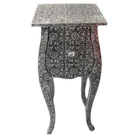 Bei diesem Beistelltisch gehen Holz und Metall eine charmante Liaison ein. Sein florales Muster verleiht ihm einen romantischen Look und ist ein schicker Bli...