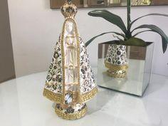 Nossa Senhora Aparecida com apliques em pérolas, rendas e guardanapo.