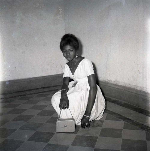 Malick Sidibé    Avec mon sac, bague et bracelets, 1968