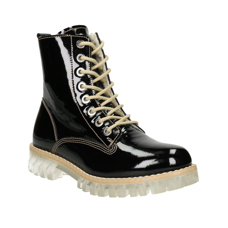Trendy dámska obuv vo výške nad členky má zvršok z lakovanej kože v  nadčasovej čiernej farbe 220758a5db1