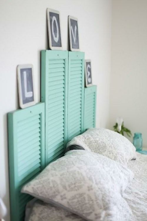Bett Kopfteil Matratze Holzplatten Türkis Blass Fensterladen Kopfkissen