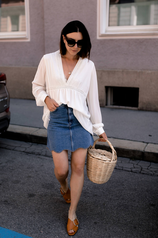 So style ich mein Jeansrock Outfit mit Pantoletten und ...