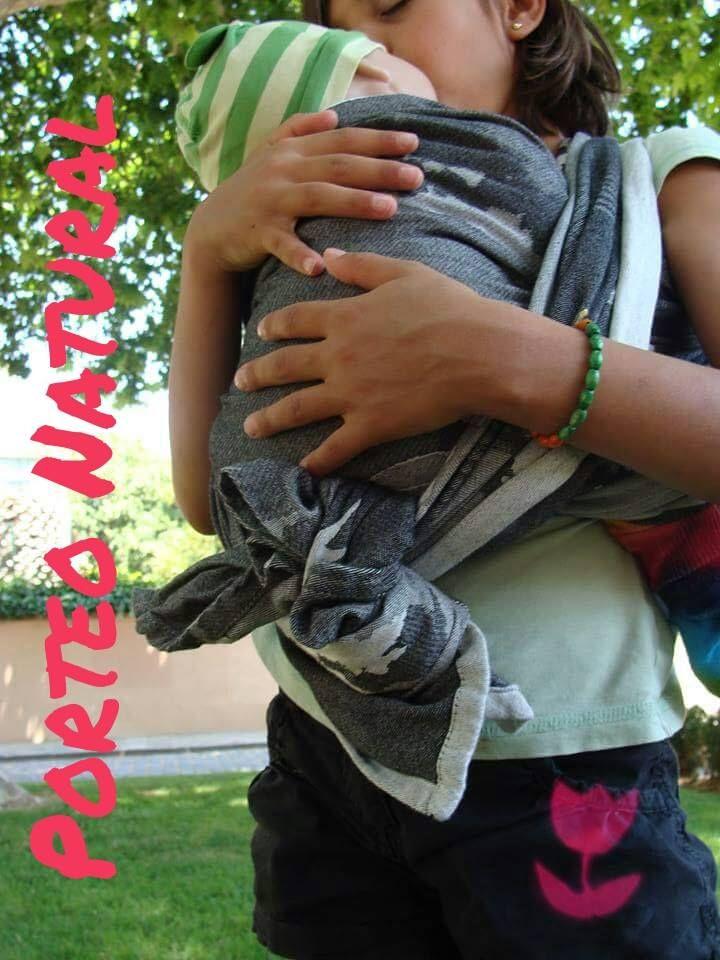 Tenemos a una súper invitada hoy en el blog, una niña de 9 años que desde los dos portea a sus babies (muñecas) :) Aquí tenemos un nudo canguro atrás con fular corto. Fular rígido Natibaby edición …