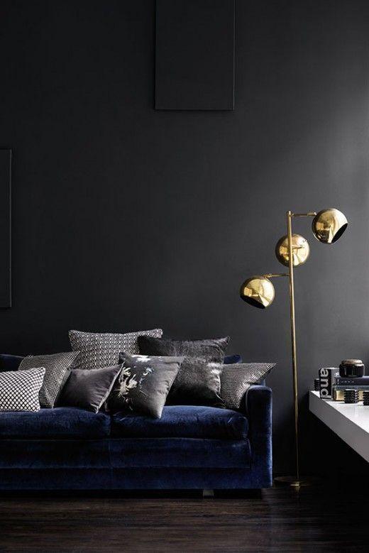 Sala de estar em tons escuro com candeeiro dourado   Eu Decoro