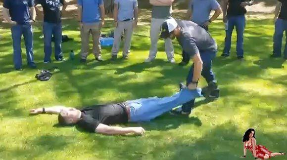 Técnica ninja para carregar seu amigo bêbado prá casa