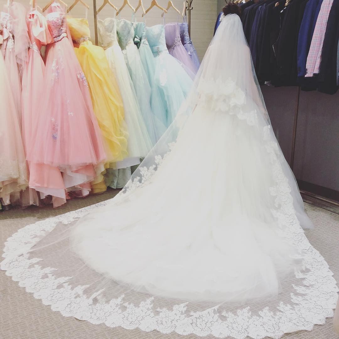 前にもこの写真のせたんでしつこいですが 私ドレスはこれじゃないんですがベールは一目惚れでベールが先に決まっちゃいましてこのベールに合うドレスで選びました笑レンタルなのにとっても可愛くないお値段ですが珍しい広幅レースとイタリアンチュールのベールため息ものです #クアンティック #福岡花嫁 #ベール#プレ花嫁#ウェディングドレス by koh5124
