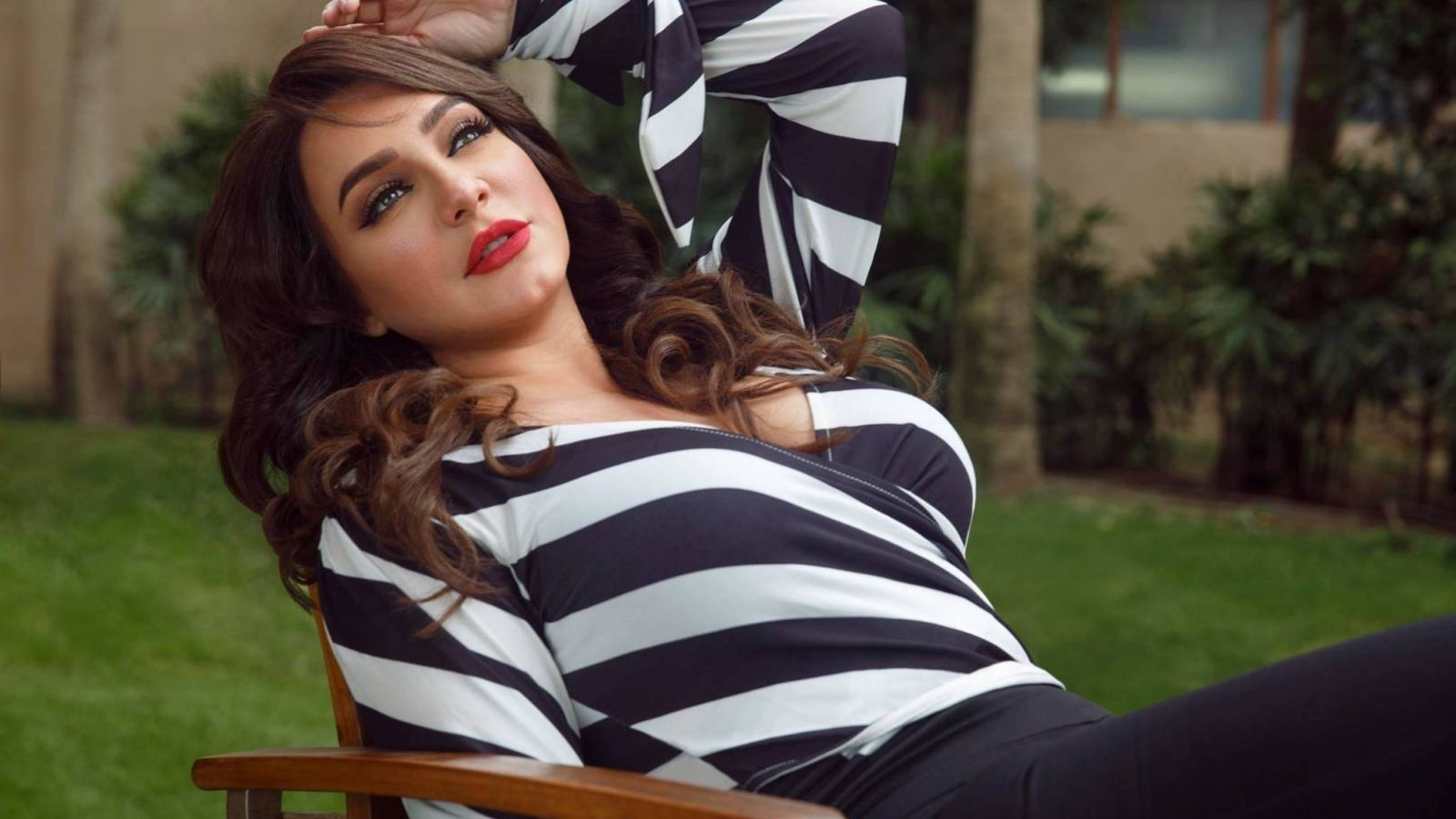 قبلة تضع سلاف فواخرجي في موقف محرج مع أولادها Fashion Women S Top Striped Top