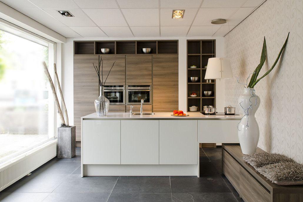Inspiratie Donkere Keukens : Warmte door combinatie hout met wit en donkere vloer inspiratie