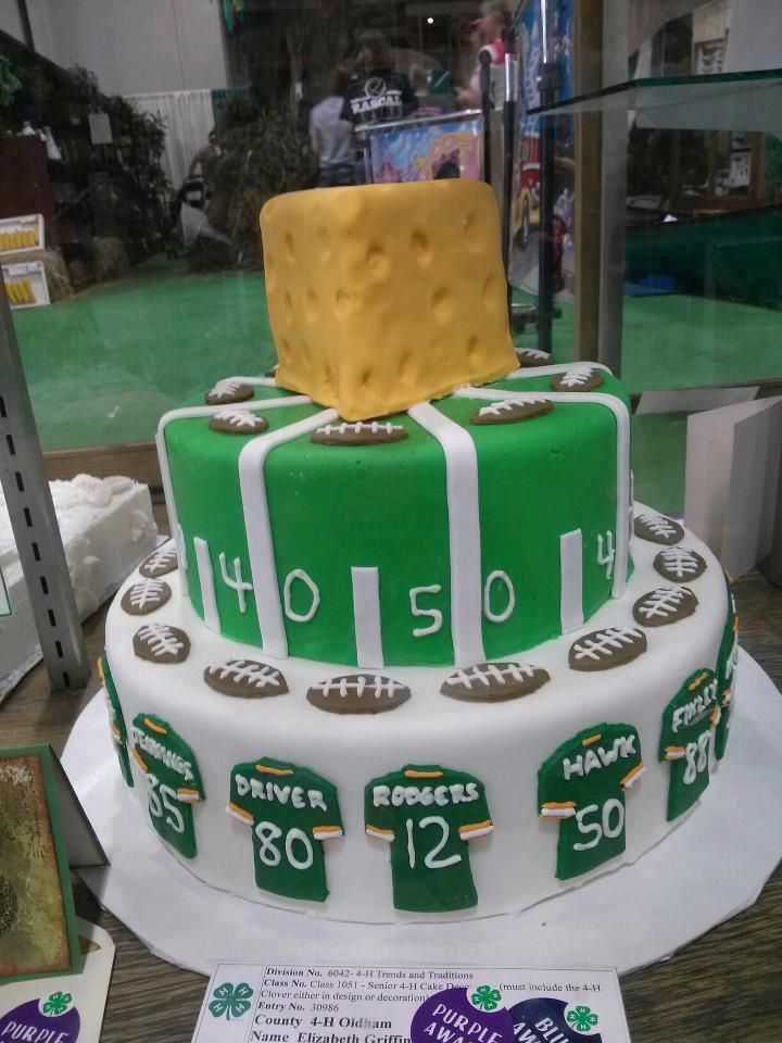 There S Room For Every One Of Your Favorite Packers On This Cake Green Bay Packers Cake Packers Cake Packers Party