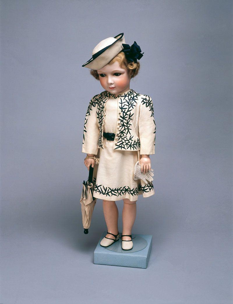 В Виндзорском замке есть витрина с куклами королевы ...
