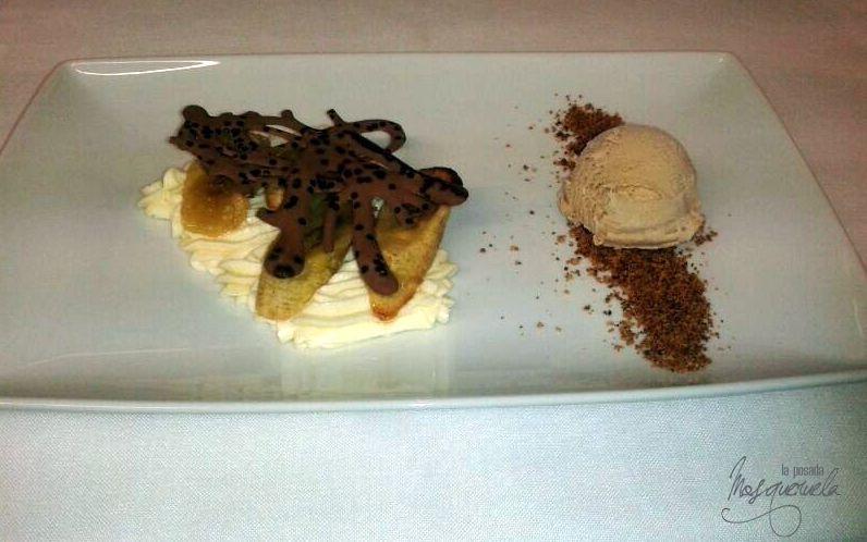 Mousse de yogur, plátano flambeado y galleta. Postres caseros del Restaurante