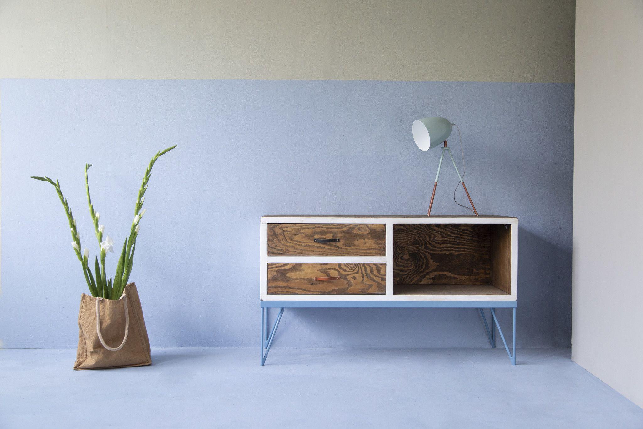 Das Sideboard Aus Bauholz Pulverbeschichtetem Eisen Verspruht Industrial Charme Im Ganzen Wohnzimmer Und Sorgt