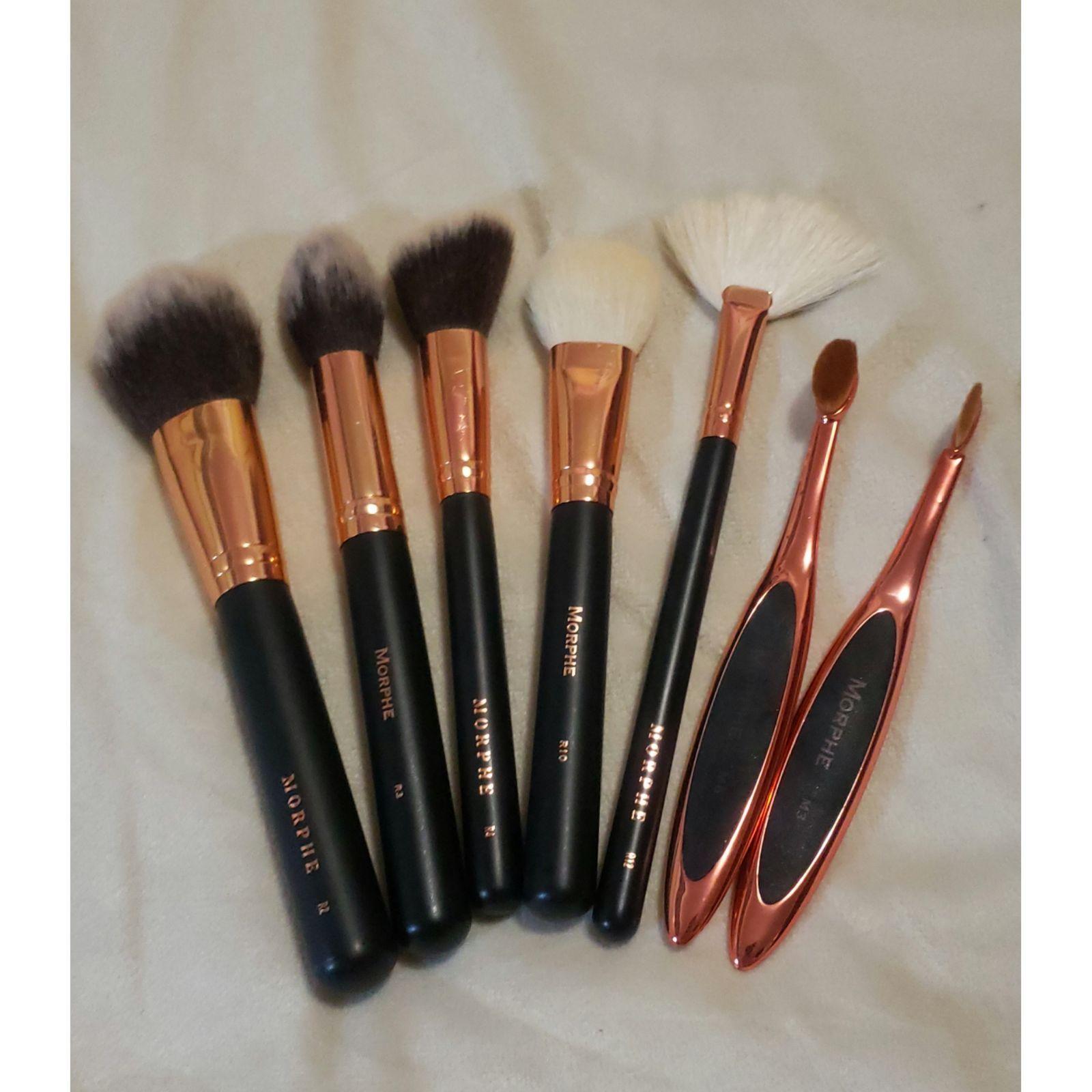7 morphe brushes. rose gold and black highlighting fan