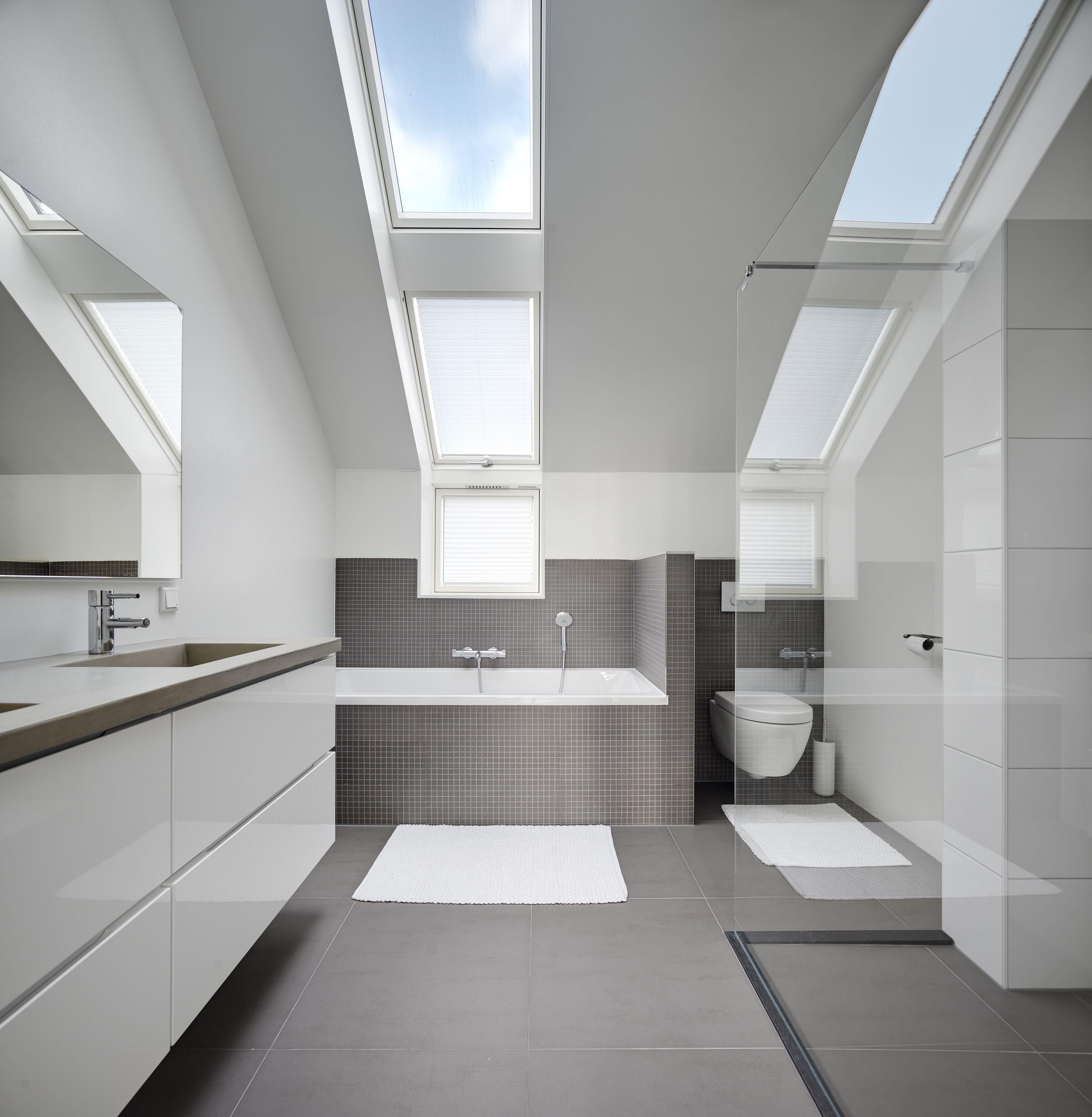Ruime, trendy badkamer met wit- en grijstinten. En voor uw gemak ...