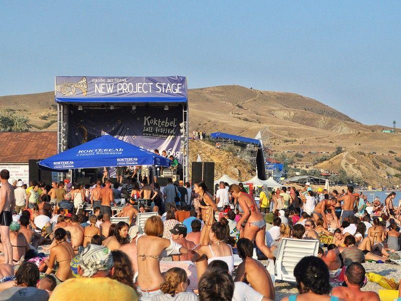 Koktebel Jazz Party, который пройдет традиционно в Крыму через некоторое время, примет у себя гостей из Болгарии, а точнее – из болгарского города-побратима Калофера, который стал «названным братом» МО городского округа Феодосия, а точнее – города Коктебель. Весь состав